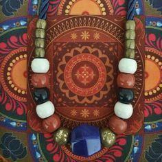 Colar Kamal em cordonê, resinas, metal ouro velho e pedra de agata
