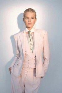 Dames maatkostuum met bijpassend double breasted gilet gemaakt van zacht roze wol