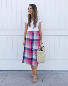 60 Trendy Ideas for fashion retro summer midi skirts Metallic Skirt Outfit, Lace Skirt Outfits, Chambray Shirt Outfits, Midi Skirt Outfit, Midi Skirts, White Pleated Skirt, Retro Summer, Summer Chic, Skirt And Sneakers