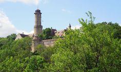 Hoch über Bamberg thront die Altenburg und bietet einzigartige Ausblicke über die Stadt und die umliegende Landschaft. Etwas unterhalb der Burg kann diese auf einem sehr schönen Wanderweg umrundet …