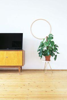ein schlichter hula hoop reifen aus holz dient als. Black Bedroom Furniture Sets. Home Design Ideas