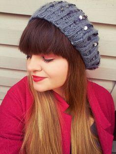 Na zdjęciu jestem ja we własnej osobie :) Jest to moja propozycja ożywienia jesiennych stylizacji. Płaszcz w kolorze fuksji + cienka, przepiękna, szara czapka z cekinami. Makijaż oczu w kolorze złota i różu + mocniejsze usta. Włosy ombre jako codzienny dodatek.