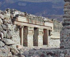 Esto se parece a un antiguo templo . Probablemente enterrada por muchas rocas . no hay mucho que ver , ya que su enterrados . Pero como se puede ver, es una ruina . Esto significa que el que fue construido hace mucho tiempo