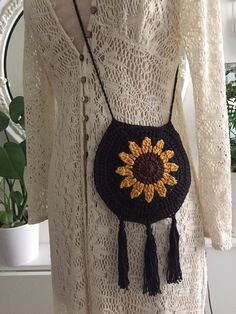 Small round sunflower bags made of cotton. Black, white and beige. Crochet Pouch, Crochet Quilt, Crochet Purses, Cute Crochet, Crochet Crafts, Crochet Stitches, Crochet Projects, Crochet Hand Purse, Crochet Bag Tutorials