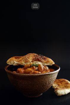 Kurczak w kremowym sosie curry na ostro + naan (Chicken Curry & Naan Bread) // Chili & Tonka Creamy Chicken Curry, India Food, Creme Brulee, Curry Recipes, International Recipes, Carne, Indian Food Recipes, Love Food, Food Inspiration