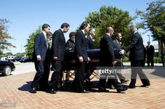 The casket of Johnny Cash is carried at the funeral for country music legend Johnny Cash at the Hendersonville First Baptist Church September 2003 in Hendersonville, Tennessee. Get premium, high resolution news photos at Getty Images Johnny Cash June Carter, Johnny And June, Country Music Stars, Country Singers, Country Artists, Johnny Cash Daughter, John Cash, Hank Williams Jr, Waylon Jennings