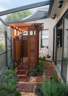 ideen für gartendusche Aus Holz-Kabine überdacht
