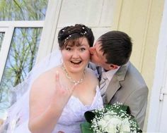 Every couple want to make their wedding ceremony precious but these wedding pics are really weird and bad. Check out worst wedding photo fails ever. These photos are enough to make you laugh out loud. - Page 8 of 11 Wedding Photo Fails, Worst Wedding Photos, Worst Wedding Dress, Wedding Fail, Wedding Album, Wedding Pictures, Wedding Dresses, Russian Wedding, Crazy People