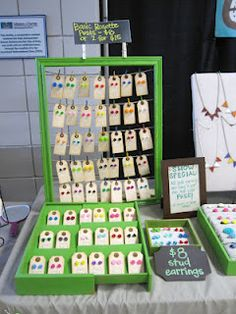 Toe tags for earring cards schmuck display, craft sale, nice jewelry, jewelry rack Earring Display, Jewellery Display, Earring Tree, Diy Jewelry To Sell, Jewelry Box, Jewelry Rack, Nice Jewelry, Jewelry Stand, Jewelry Armoire