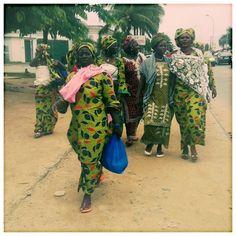 Groupe de femmes à Abidjan, Côte d'Ivoire African Nations, Ivory Coast, Ivoire, African Beauty, Harem Pants, Kimono Top, Culture, Magazine, Simple