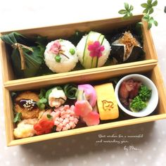 Pretty onigiri rice ball bento box, featuring tamagoyaki, ham flower, korokke, and assorted veggies Japanese Lunch Box, Japanese Dishes, Japanese Food, Bento And Co, Bento Box Lunch, Bento Recipes, Bento Ideas, Cooking Recipes, Bento Box Traditional