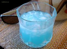 Blue Caribbean Sunset: Like Tiffany Blue Cocktails but with coconut rum! Blue Drinks, Fruit Drinks, Smoothie Drinks, Party Drinks, Cocktail Drinks, Mixed Drinks, Smoothies, Blue Cocktails, Sangria Recipes
