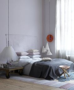Pimpelwit : bedroom inspiration - soft colors - bedside lamp - pillows
