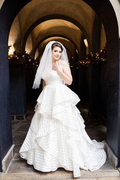 Modelo de vestido de noiva com babados e tecidos em camadas