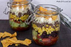 Ein Rezept für einen mexikanischen Taco Salat im Glas mit Hackfleisch, Mais, Bohnen, Käse, Tomaten und Salsa Soße. Ideal zum Vorbereiten.