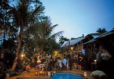 A designer Gabriela Ferraz do Amaral Tikerpe queria uma festa intimista. O casamento aconteceu no jardim da casa onde a noiva cresceu, com a colaboração de toda a família