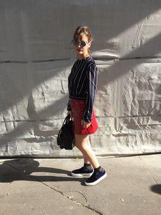 Chic femme : Vinyl Look Sophisticated. Look pour la fashion week, jupe en vinyl rouge, avec un haut plus court à rayures (bleu, blanc, rouge), complété avec des chaussettes transparentes noires et slip on en velours bleu marine. Agrémenté par une paire de lunettes originales. Tenues sophistiquée et simple à porter. Bleu Marine, Slip, Fashion Week, Simple, Blue Velvet, Skirt, Dressy Outfits, Blue Stripes, Socks