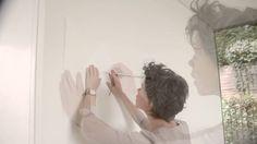 En nuestros vídeos tutoriales descubrirás nuevas ideas para pintar y decorar tu hogar. En este vídeo te explicamos cómo crear un patrón de diamante en tu pared.