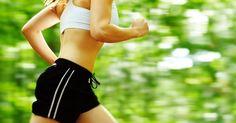 """SEGUNDAS, QUARTAS E SEXTAS: Faça treinos intensos de 20 minutos, alternando caminhada e corrida. Comece caminhando dois minutos e fazendo um minuto de corrida forte. """"No frequencímetro, a corrida pode atingir 90% da frequência cardíaca máxima"""", diz a personal trainer Clóe Celentano. Para achar esse número, diminua a sua idade de 220. """"É importante consultar um cardiologista antes, para começar com segurança"""", ressalta Clóe. No segundo mês, aumente o tempo dos tiros de velocidade. """"A ideia é…"""