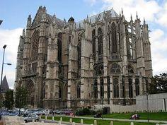 Catedral de San Pedro en Beauvais (Francia) La Catedral de San Pedro es la construccion más importante de la arquitectura medieval en Beauvais, Francia. El templo es comenzado por el obispo Miles de Nanteuil en 1225. Entre los elementos que posee en su interior destaca el coro, el cual es considerado una construcción maestra del arte gótico. Su edificación prolongó hasta el Renacimiento (siglo XVI).