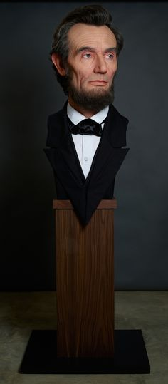 Отвратительная реалистичная скульптура изображающая Авраама Линкольна разработана специалистом по голливудским спецэффектам -  художником Kazuhiro Цудзи. Японский художник продвинул спецэффекты макияж на новый уровень, производя конечные продукты, которые лучше, чем многие из цифровых методов.