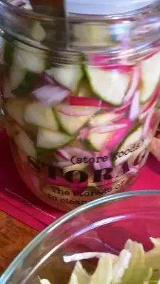Zoetzuur van komkommer en rode ui (special) Zoet zure komkommer lekker als bijgerecht of op een broodje. Ingezonden door: Wasiem Ijaz kalika 8 personen, bereiding: 120 min