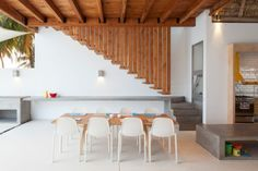 Intérieur blanc en bois et béton, Casa Azul, design Cincopatasalgato #deco #idéesdeco #salon #salleamanger
