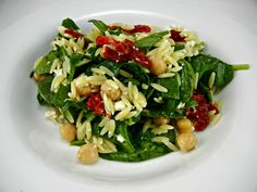 #Vegetarian #Recipe - Orzo Salad with Spinach & Chickpeas. Light & fast meal! #thetastyfork