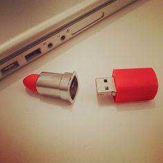 Une clé USB spécialement conçue pour les femmes : elle prend la forme d'un rouge à lèvres ! 21,90 € http://www.ideecadeau.fr/cle-usb-rouge-a-levres.html?utm_campaign=usbrougelevre&utm_medium=post&utm_source=twitter&utm_content=4249