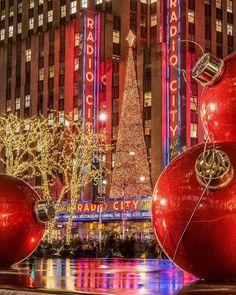 Radio City Music Hall dressed for Christmas 📷 David Lacombe New York Christmas, Christmas Holidays, Christmas Photos, Merry Christmas, Xmas, Outdoor Christmas Decorations, Christmas Lights, New York Pictures, I Love Nyc