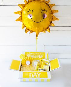 DIY Sunshine Box FREE PRINTABLE In a world of SO much controversy and negativity, I've been trying to teach my girls how important it is to be a light in other people's lives and how… Birthday Gifts For Best Friend, Best Friend Gifts, Gifts For Dad, Bestie Gifts, Sister Gifts, Birthday Presents, Sunshine Printable, Printable Box, Free Printables