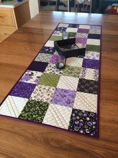 Fresh Dew Drops: Lilacs charm pack quilted table runner Patchwork Table Runner, Table Runner And Placemats, Crochet Table Runner, Table Runner Pattern, Quilted Table Runners, Charm Pack Quilts, Place Mats Quilted, Quilted Table Toppers, Table Vintage