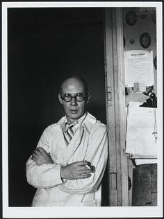 Henry Miller à l'hôtel des Terrasses, à Paris, 1931. By Brassaï, épreuve gélatino-argentique.