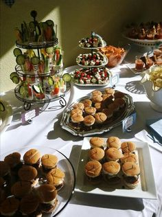 I love the way it's all arranged...I'm thinking the way to go is simple...served in a elegant way!