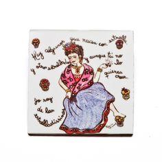 Azulejo com o tema Frida Caveiras!  #handmade #porcelana #porcelanadecorada #porcelanapersonalizada #decoração #decor #pintadoamão #feitoamão #brasil #brazil #homedecor #porcelain #FridaKahlo #Frida #skulls #caveiras #quote