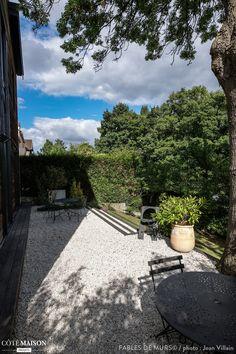 Les terrasses sont construites en bois exotique et recouvertes de graviers de quartz blanc. Le Cumaru rappelle le bardage en red cedar grisé de la maison. Plus de photos sur Côté Maison.