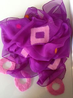 Hier wurden Quadrate in rosa und einige wenige Punke in orange und pink in der Nuno Filztechnik aufgefilzt.    Maße: ca 220 x 50 cm    Bitte