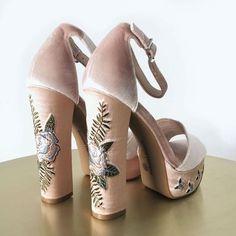 Na onda dos bordados e patches, olha que linda essa sandália rosé de veludo e flores!