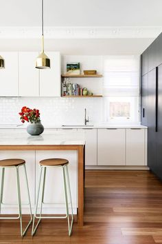 The popular interior design trend du jour is two-toned kitchen cabinets. The popular interior design trend du jour is two-toned kitchen cabinets. Take a look at these stunning examples that show off different color schemes. Home Interior, Interior Design Kitchen, Home Design, Interior Decorating, Decorating Ideas, Floor Design, Interior Paint, Two Tone Kitchen, New Kitchen