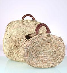 Potřebujete novou kabelku? Kupte si hned dvě. Dámské slaměné košíky Kbas jsou nyní spolu v jeden sadě. Dva košíky na pláž jsou vyrobeny ze slámy a mají praktické rukojeti v hnědé barvě.