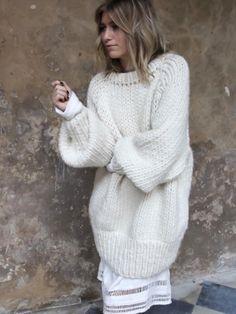 Maxi pull-over + robe légère = le bon mix