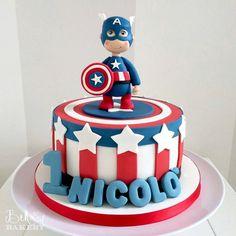 """336 Me gusta, 3 comentarios - Cris Rezende (@festejarcomamor) en Instagram: """"Essa inspiração de bolo é lá da Itália e ficou um amorzinho! Por @bellasbakery …"""" Captain America Birthday Cake, Captain America Cake, Avenger Cake, Superhero Cake, Cakes For Boys, Birthday Cookies, Cakes And More, First Birthdays, Fondant"""