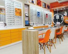 In the store, the orange, main color of the identity, is emphasized by the predominantly white environment, and wood details add a casual style touch.