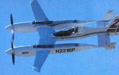 Самолет Scaled Composites Pond Racer  Самолет Scaled Composites Pond Racer получился довольно быстрым. Этому способствует вынесение вперед конструкции поршневого 6-цилиндрового двигателя, предельно облегченные фюзеляж и каркас, 4-лопастные пропеллеры и многие другие инновационные решения. В качестве двигателей использованы не авиационные, а автомобильные глубоко модифицированные агрегаты Nissan VG30ET, которыми оснащаются гоночные спортивные прототипы Nissan GTP ZX-Turbo.