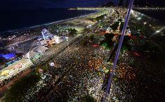 25/7 - Milhares de pessoas lotam a orla de Copacabana durante passeio do papamóvel