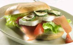 Bagels med hvidskimmelost Sennepsmayo, grillet squash og tomat danner fyld sammen med skimmelosten i denne bagel.