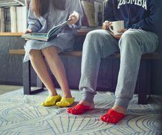 Vestono il piede come un calzino, ma sono pantofole create in Pvc. L'idea è venuta al designer freelance giapponese Satsuki Ohata, che si è ispirato alla fonduta di formaggio. Costruirle è semplice e veloce, basta immergere il piede in una soluzione riscaldata e farlo raffreddar