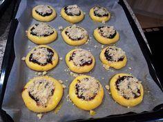 Na přání dnes přidávám recept na hanácké koláče, které mají v podstatě stejný postup, jako kdybyste pekli svatební koláčky, takže pokud se o... Graham Crackers, Cooker, Muffin, Food And Drink, Sweets, Breakfast, Rum, Morning Coffee, Gummi Candy