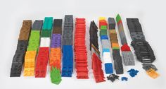 Ud fra devisen om de fire P'er: Play, Project, Puzzel, Plenty – kan børnene bygge, projektere og lege med Fligg – og der er altid volumen på. Inde som ude kan byggerierne bruges sammen med alt det legetøj børn allerede har og de omgivelser de befinder sig i... #Fligg #Constructiontoys #Konstruktionslegetøj