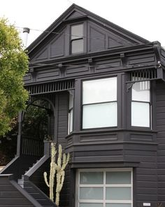 Black Houses: The Pros and Cons of a Dark Painted Facade Consider only some areas of the house with black. The north side. Black Houses: The Pros and Cons of a Dark Painted Facade Black House Exterior, House Paint Exterior, Exterior Paint Colors, San Francisco, Dark Grey Houses, Paint Your House, Black Brick, Black Dark, Dark Matter